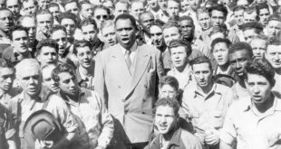 PAUL ROBESON LEADING SHIPYARD WORKERS IN SINGING THE STAR SPANGLED BANNER, OAKLAND, CA, SEPTEMBER 1942